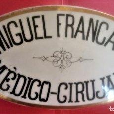 Antigüedades: ANTIGUA PLACA MODERNISTA DE CERAMICA SIGLO XIX,DE CONSULTA MEDICO-CIRUJANO,TEMA MEDICINA Y FARMACIA.. Lote 141920122