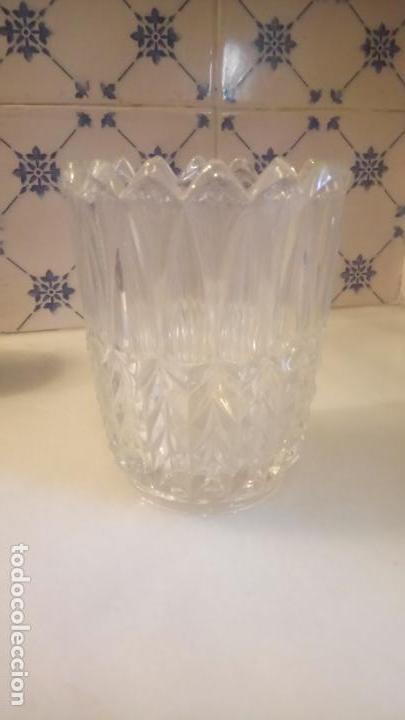Antigüedades: Antiguo jarrón / florero de cristal prensado con forma de hojas años 50-60 - Foto 6 - 141964878