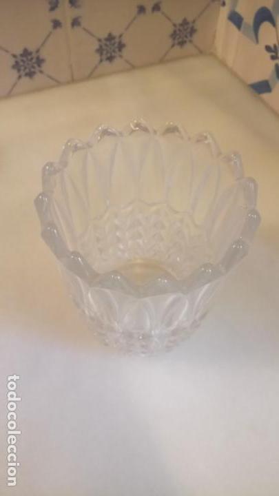 Antigüedades: Antiguo jarrón / florero de cristal prensado con forma de hojas años 50-60 - Foto 7 - 141964878