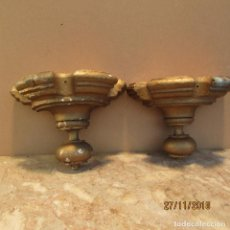 Antigüedades: DOS MÉNSULAS O PEANAS ANTIGUAS. TALLADAS EN MADERA DE CASTAÑO. MISMO JUEGO. EN DORADOS. Lote 142024406