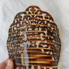 Antigüedades: GRAN Y ANTIGUA PEINETA EN CELULOIDE SIMIL CAREY - 20 X 20 CM - SIN USO. Lote 142026342
