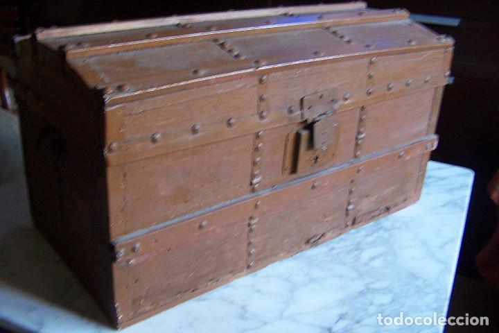 BAÚL DE MADERA CANTOS CON METAL Y TACHUELAS. 64 X 33 X 32 CM (Antigüedades - Muebles Antiguos - Baúles Antiguos)