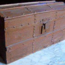 Antigüedades: BAÚL DE MADERA CANTOS CON METAL Y TACHUELAS. 64 X 33 X 32 CM. Lote 142028442