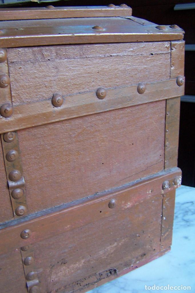 Antigüedades: BAÚL DE MADERA CANTOS CON METAL Y TACHUELAS. 64 X 33 X 32 CM - Foto 2 - 142028442