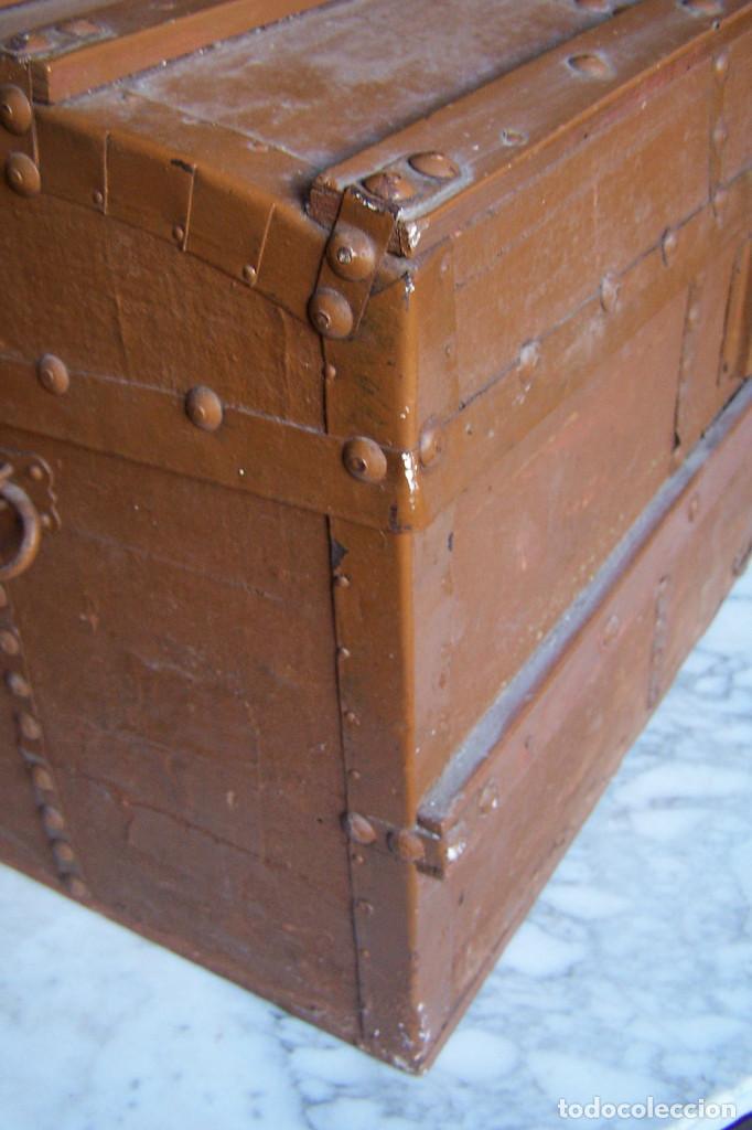 Antigüedades: BAÚL DE MADERA CANTOS CON METAL Y TACHUELAS. 64 X 33 X 32 CM - Foto 3 - 142028442
