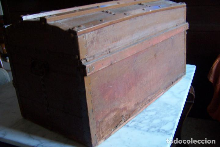 Antigüedades: BAÚL DE MADERA CANTOS CON METAL Y TACHUELAS. 64 X 33 X 32 CM - Foto 4 - 142028442