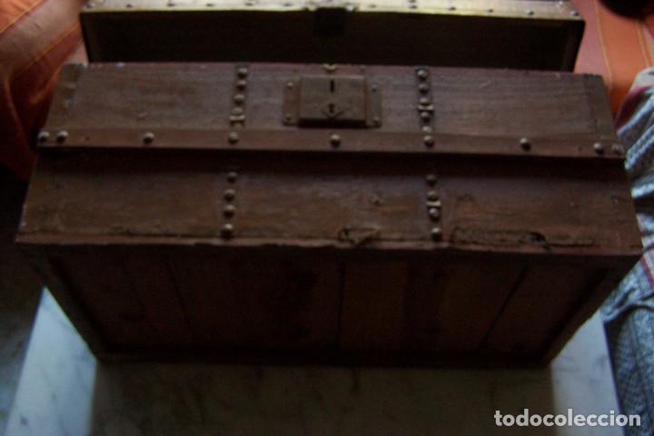 Antigüedades: BAÚL DE MADERA CANTOS CON METAL Y TACHUELAS. 64 X 33 X 32 CM - Foto 6 - 142028442