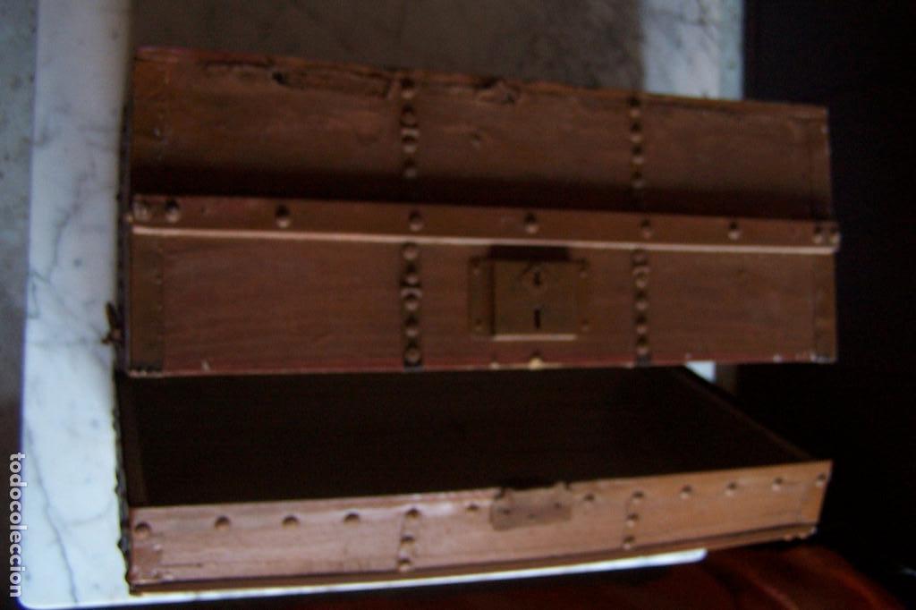 Antigüedades: BAÚL DE MADERA CANTOS CON METAL Y TACHUELAS. 64 X 33 X 32 CM - Foto 13 - 142028442
