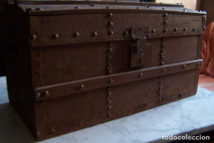Antigüedades: BAÚL DE MADERA CANTOS CON METAL Y TACHUELAS. 64 X 33 X 32 CM - Foto 10 - 142028442