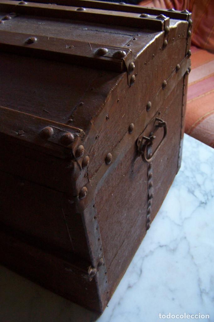 Antigüedades: BAÚL DE MADERA CANTOS CON METAL Y TACHUELAS. 64 X 33 X 32 CM - Foto 11 - 142028442