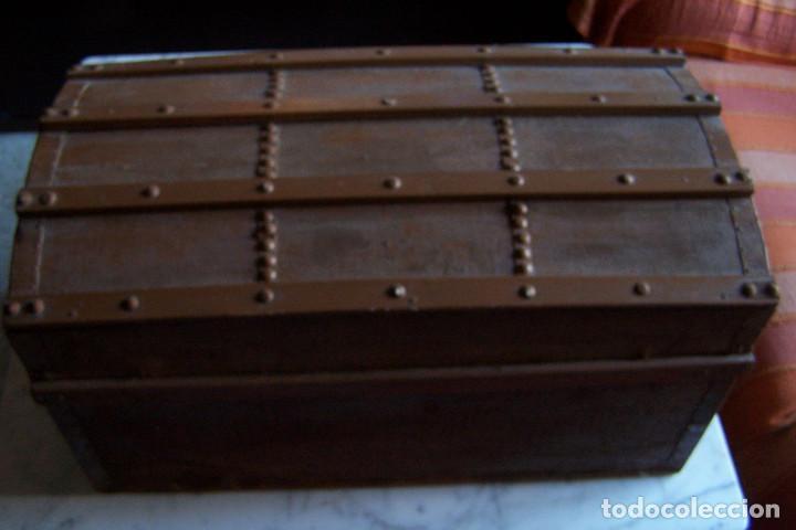 Antigüedades: BAÚL DE MADERA CANTOS CON METAL Y TACHUELAS. 64 X 33 X 32 CM - Foto 14 - 142028442