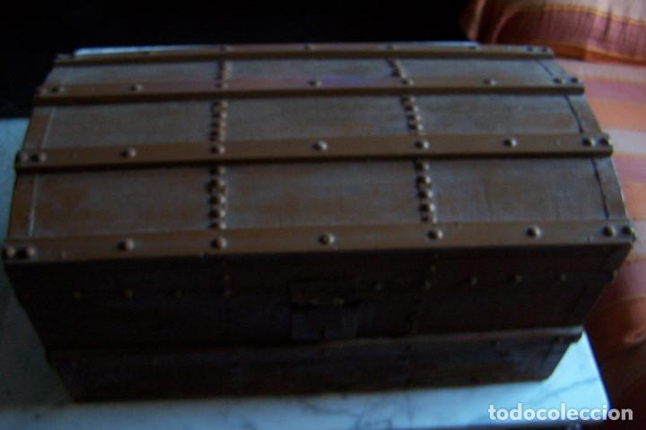 Antigüedades: BAÚL DE MADERA CANTOS CON METAL Y TACHUELAS. 64 X 33 X 32 CM - Foto 15 - 142028442