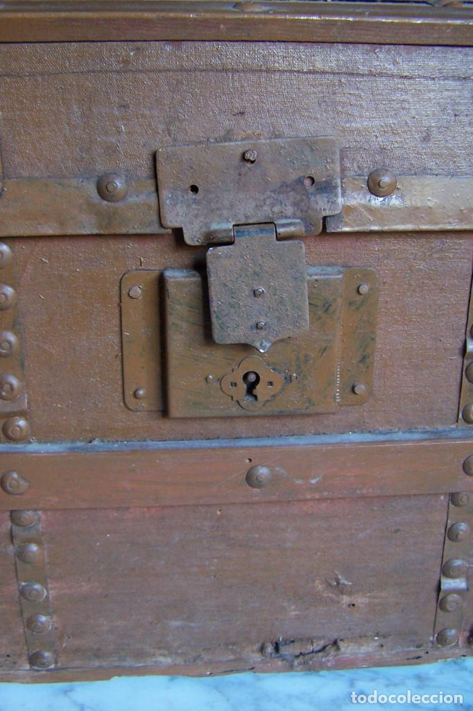 Antigüedades: BAÚL DE MADERA CANTOS CON METAL Y TACHUELAS. 64 X 33 X 32 CM - Foto 16 - 142028442