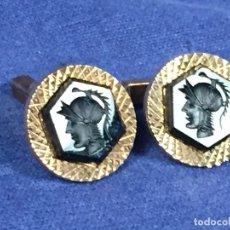 Antigüedades: PAREJA GEMELOS VIDRIO NEGRO BUSTO CLASICO INTAGLIO TIPO MARTE MINERVA METAL DORADO 2CMS. Lote 142028974