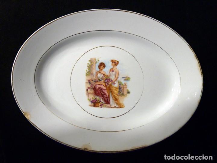ANTIGUA BANDEJA FUENTE OVALADA PICKMAN CARTUJA SEVILLA. DECORACIÓN ROMÁNTICA 32,5 X 24,5 CM. FILO OR (Antigüedades - Porcelanas y Cerámicas - La Cartuja Pickman)