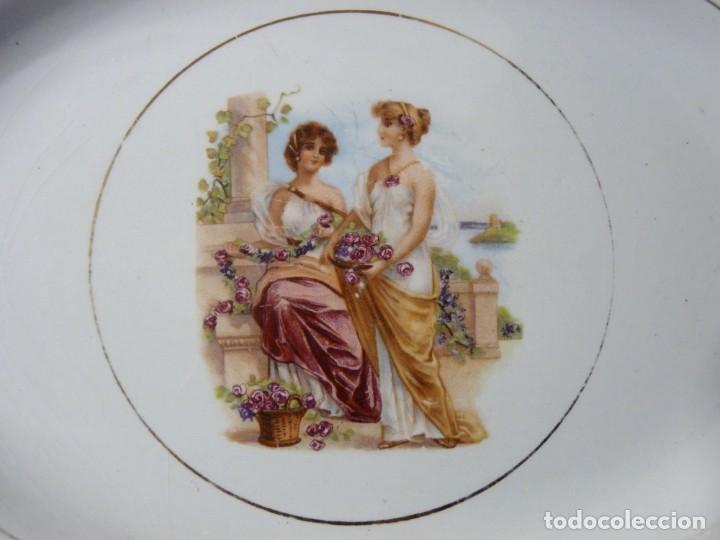 Antigüedades: ANTIGUA BANDEJA FUENTE OVALADA PICKMAN CARTUJA SEVILLA. DECORACIÓN ROMÁNTICA 32,5 x 24,5 cm. FILO OR - Foto 2 - 142035102