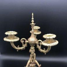 Antigüedades: CANDELABRO PORTAVELAS DE TRES BRAZOS DE BRONCE. Lote 142045830