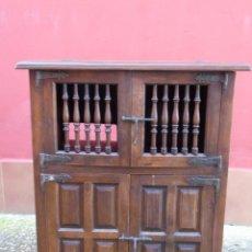 Antigüedades: PEQUEÑO APARADOR CASTELLANO, DE NOGAL MACIZO, PARTE SUPERIOR ABATIBLE.. Lote 142083686