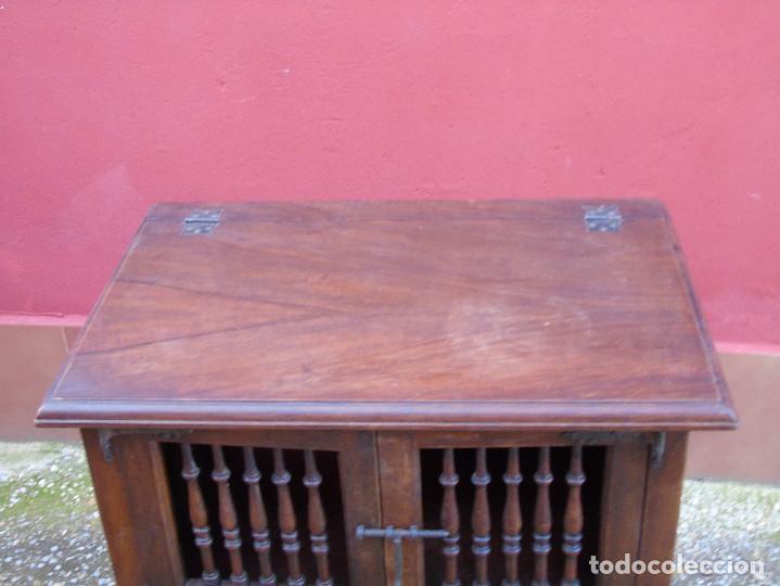 Antigüedades: PEQUEÑO APARADOR CASTELLANO, DE NOGAL MACIZO, PARTE SUPERIOR ABATIBLE. - Foto 2 - 142083686