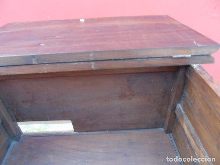 Antigüedades: PEQUEÑO APARADOR CASTELLANO, DE NOGAL MACIZO, PARTE SUPERIOR ABATIBLE. - Foto 8 - 142083686