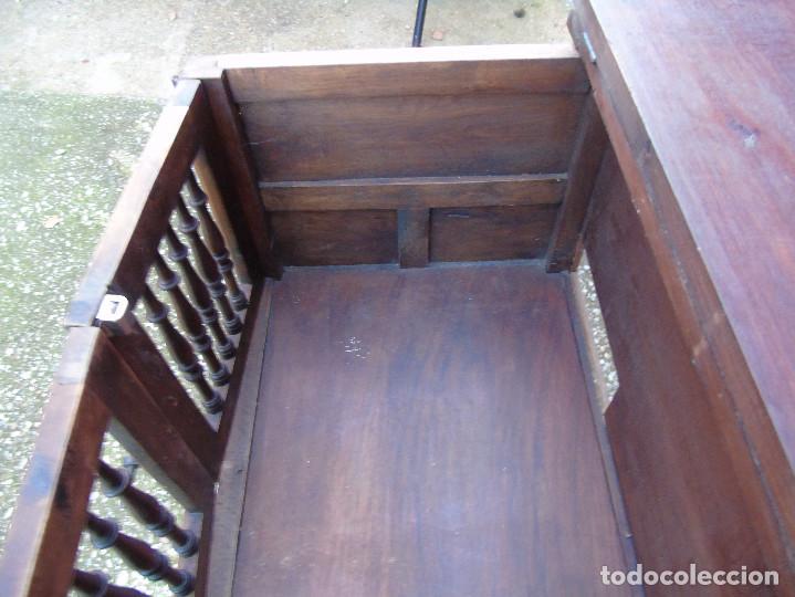 Antigüedades: PEQUEÑO APARADOR CASTELLANO, DE NOGAL MACIZO, PARTE SUPERIOR ABATIBLE. - Foto 10 - 142083686
