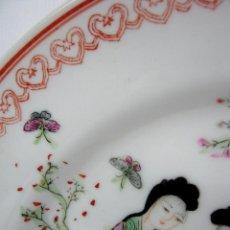 Antigüedades: ANTIGUO PLATO PORCELANA CHINA FAMILIA ROSA CON GRAN SELLO MARCA EN ROJO - CHINA. Lote 142091630