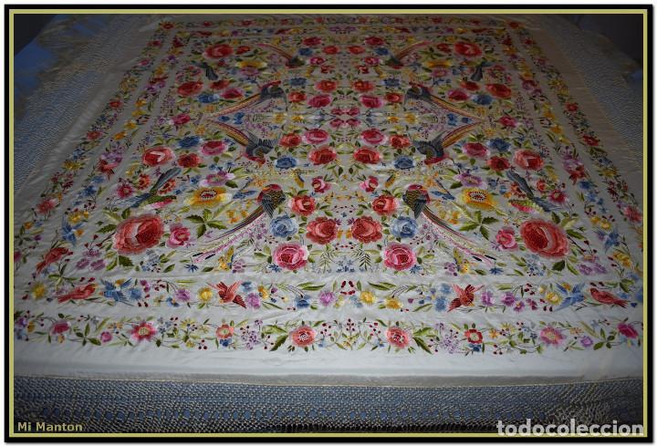 Antigüedades: Bello manton blanco marfil con bonitos bordados de mariposas y pájaros. Gran colorido y muy bordado - Foto 2 - 142105482