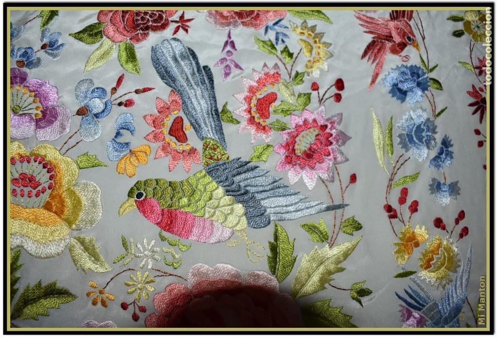 Antigüedades: Bello manton blanco marfil con bonitos bordados de mariposas y pájaros. Gran colorido y muy bordado - Foto 4 - 142105482