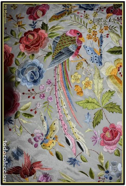 Antigüedades: Bello manton blanco marfil con bonitos bordados de mariposas y pájaros. Gran colorido y muy bordado - Foto 5 - 142105482