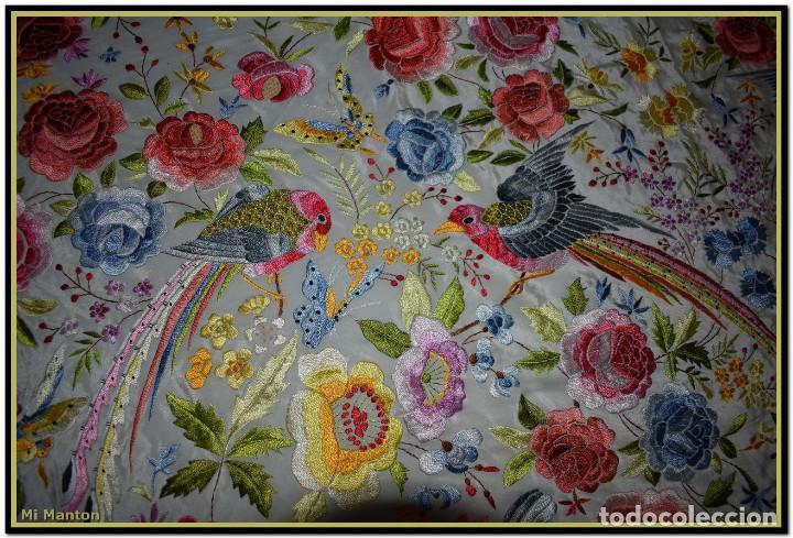 Antigüedades: Bello manton blanco marfil con bonitos bordados de mariposas y pájaros. Gran colorido y muy bordado - Foto 3 - 142105482