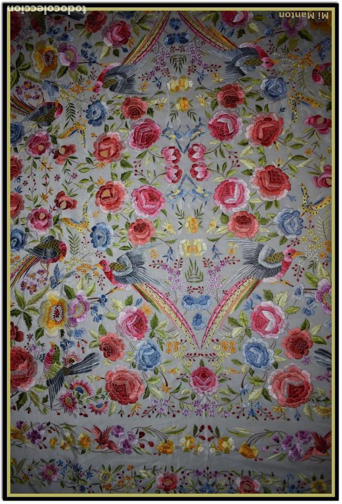 Antigüedades: Bello manton blanco marfil con bonitos bordados de mariposas y pájaros. Gran colorido y muy bordado - Foto 6 - 142105482