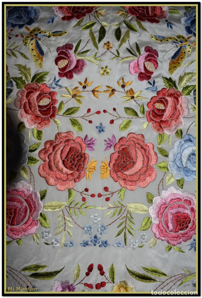 Antigüedades: Bello manton blanco marfil con bonitos bordados de mariposas y pájaros. Gran colorido y muy bordado - Foto 9 - 142105482