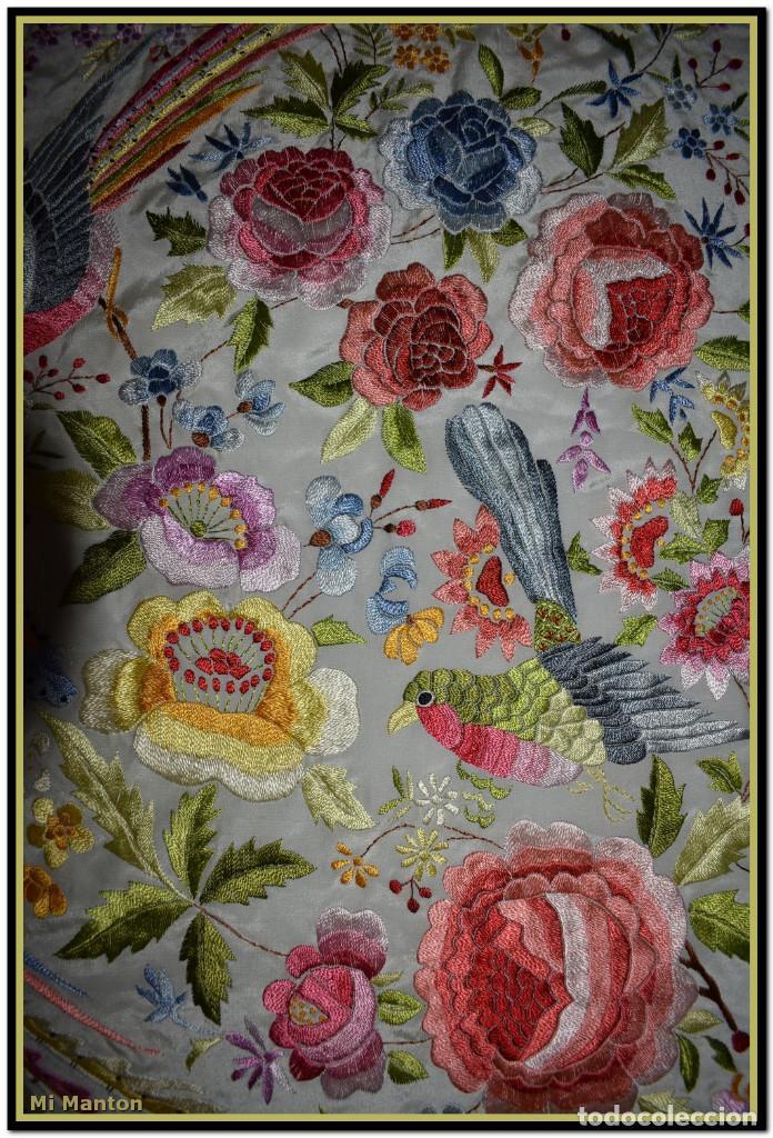 Antigüedades: Bello manton blanco marfil con bonitos bordados de mariposas y pájaros. Gran colorido y muy bordado - Foto 10 - 142105482