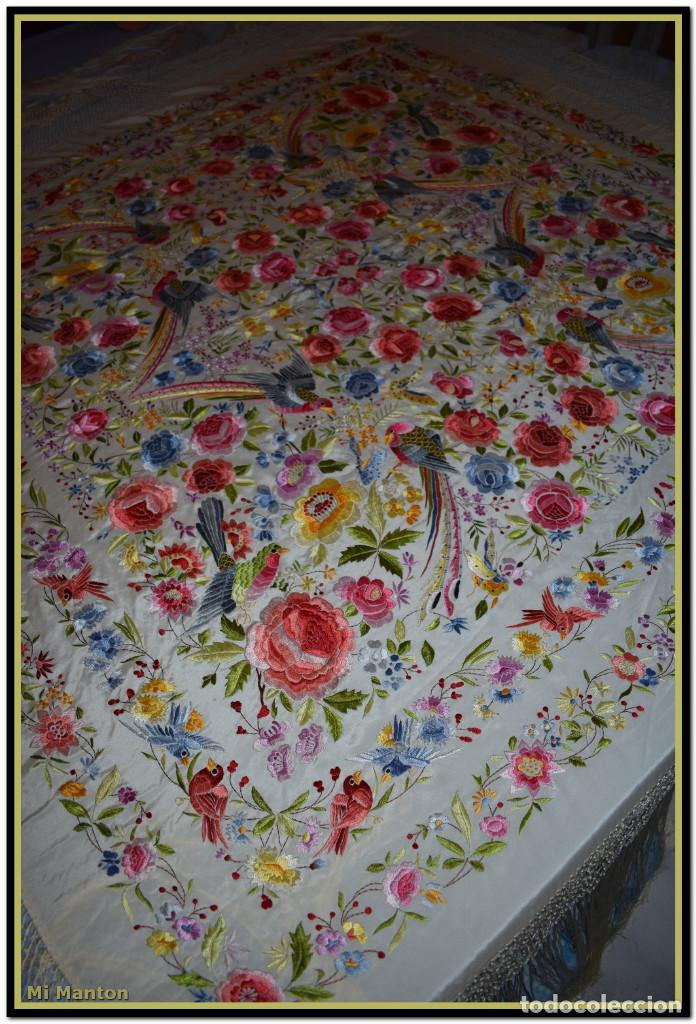 Antigüedades: Bello manton blanco marfil con bonitos bordados de mariposas y pájaros. Gran colorido y muy bordado - Foto 11 - 142105482