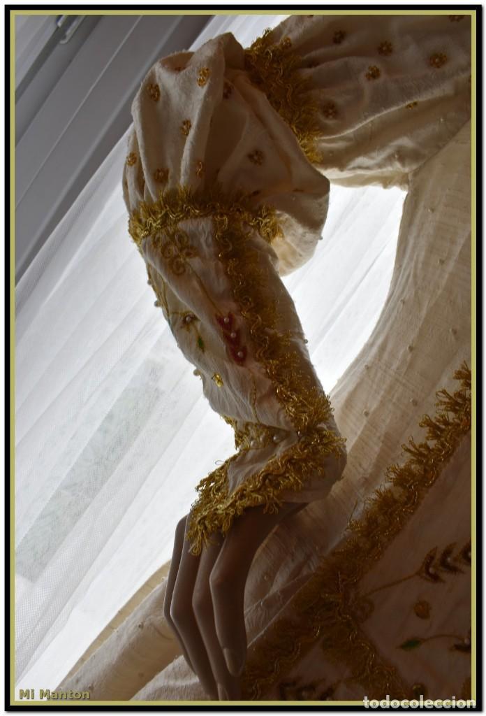 Antigüedades: Vestido seda salvaje bordado en oro perlas y pedrería ideal imagen virgen o recreación - Foto 3 - 142109766