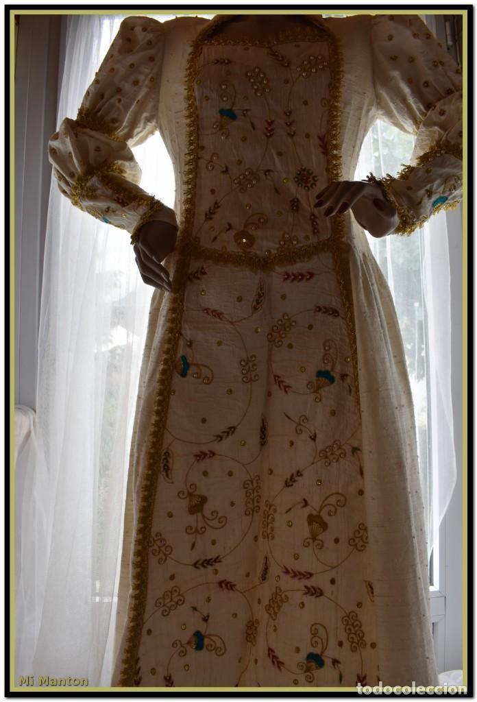 Antigüedades: Vestido seda salvaje bordado en oro perlas y pedrería ideal imagen virgen o recreación - Foto 5 - 142109766