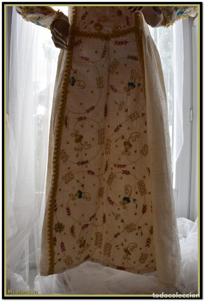 Antigüedades: Vestido seda salvaje bordado en oro perlas y pedrería ideal imagen virgen o recreación - Foto 6 - 142109766