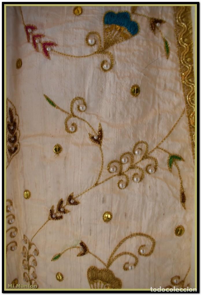 Antigüedades: Vestido seda salvaje bordado en oro perlas y pedrería ideal imagen virgen o recreación - Foto 7 - 142109766
