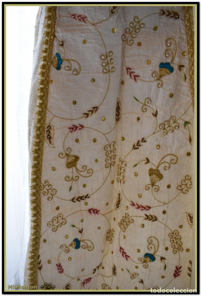 Antigüedades: Vestido seda salvaje bordado en oro perlas y pedrería ideal imagen virgen o recreación - Foto 9 - 142109766