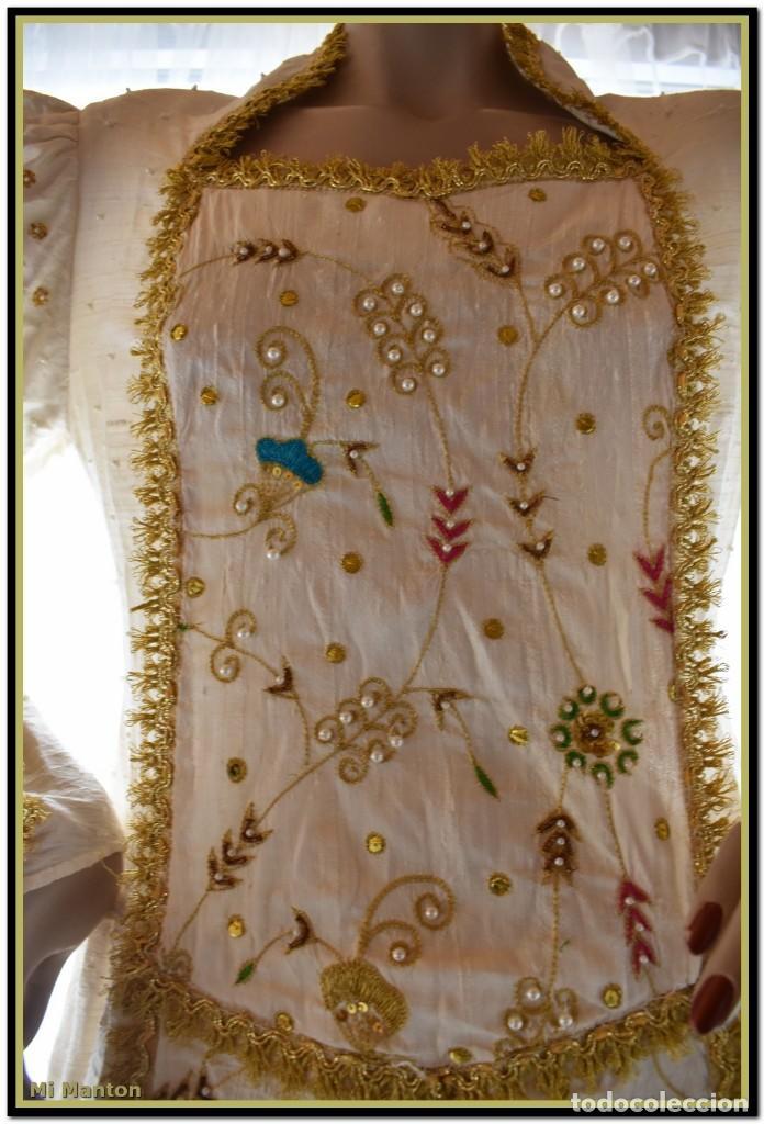 Antigüedades: Vestido seda salvaje bordado en oro perlas y pedrería ideal imagen virgen o recreación - Foto 10 - 142109766