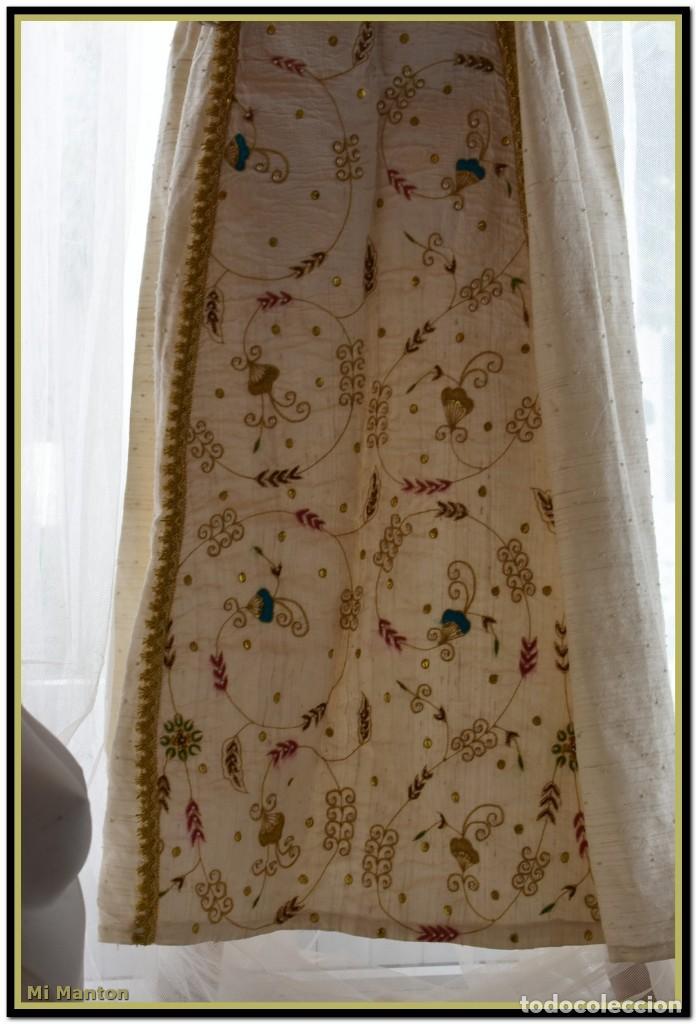 Antigüedades: Vestido seda salvaje bordado en oro perlas y pedrería ideal imagen virgen o recreación - Foto 17 - 142109766