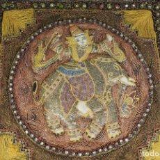 Antigüedades: TAPIZ REPUJADO DE ELEFANTE INDIA HECHO ARTESANALMENTE REPUJADO CON RELIEVE CON PIEDRAS Y LENTEJUELAS. Lote 142129218