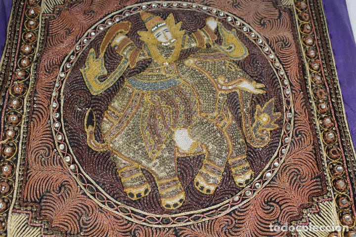 TAPIZ REPUJADO DE ELEFANTE INDIA HECHO ARTESANALMENTE REPUJADO CON RELIEVE CON PIEDRAS Y LENTEJUELAS (Antigüedades - Hogar y Decoración - Tapices Antiguos)