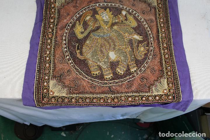 Antigüedades: tapiz repujado de elefante india hecho artesanalmente repujado con relieve con piedras y lentejuelas - Foto 2 - 142129346