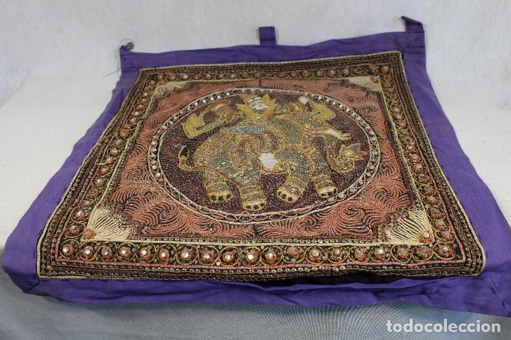Antigüedades: tapiz repujado de elefante india hecho artesanalmente repujado con relieve con piedras y lentejuelas - Foto 3 - 142129346