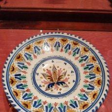 Antigüedades: PLATO DE CERÁMICA DECORATIVA ESPAÑOLA FIRMADO H.C PARA COLGAR CON DECORACIÓN CLÁSICA 23.5 CM.. Lote 142131974