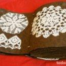 Antigüedades: LOTE 135 PUNTILLAS DE GANCHILLO GANXET (AÑOS 40-50) ANTIGUO MUESTRARIO DE GANCHILLO ENCAJES TAPETES. Lote 118287599