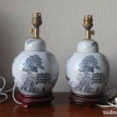 Antigüedades: PAREJA DE PIES DE LAMPRAS EN PORELANA PINTADA A MANO EN HONG KONG SELLO SOBRE PEANA BASE DE MADERA. Lote 142183346