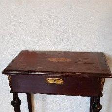 Antigüedades: COSTURERO CON DETALLES EN BRONCE Y MARQUETERIA. Lote 142264034