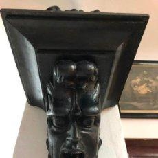 Antigüedades: MENSULA TALLADA EN MADERA EN FORMA DE CARA SIGLO XVIII - MEDIDA 30X30 Y BASE 30X30 CM. Lote 142273150